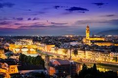 Toneelnachtmening van Florence met Ponte Vechio en Paleis Royalty-vrije Stock Afbeeldingen