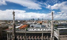 Toneeloverzicht van Milaan vanaf de bovenkant van Duomo-Kathedraal, hoofd architecturaal oriëntatiepunt van de stad Mooie horizon royalty-vrije stock afbeeldingen
