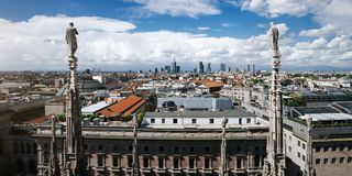 Toneeloverzicht van Milaan vanaf de bovenkant van Duomo-Kathedraal, hoofd architecturaal oriëntatiepunt van de stad Mooie horizon royalty-vrije stock foto