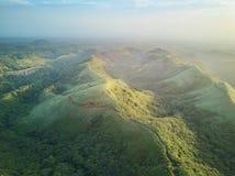 Toneelpanorama luchtmening over groene heuvels Royalty-vrije Stock Afbeelding