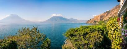 Toneelpanorama van meer Atitlan en Vulkanen San Pedro en Toliman in Guatemala stock afbeelding