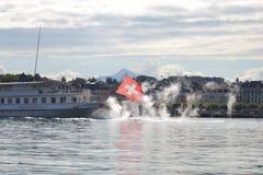 Toneelpanoramamening van traditioneel de excursieschip van de peddelstoomboot bij beroemd meer van Genève op een zonnige dag met  stock fotografie