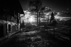 Toneelplattelands houten chalet in julian bergen van alpen in zwart-wit, uskovnica, Slovenië royalty-vrije stock afbeelding