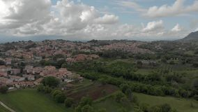 Toneelsatellietbeeld van Italiaans platteland met dorp en heuvels en berg stock videobeelden