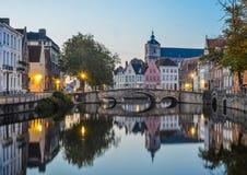 Toneelstadsmening van het kanaal van Brugge bij nacht stock foto