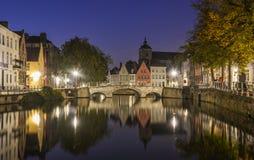 Toneelstadsmening van het kanaal van Brugge bij nacht royalty-vrije stock foto's