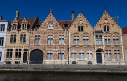 Toneelstadsmening van het kanaal van Brugge met mooie middeleeuwse gekleurde huizen royalty-vrije stock fotografie