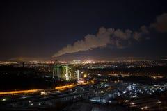 Toneelstadsmening van hoog punt, industriële pijpen, rook Royalty-vrije Stock Foto's