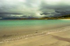 Toneelstrand met Wit Zand en Groen Oceaanwater in Schotland royalty-vrije stock afbeelding