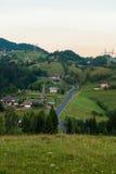 Toneelweg aan een traditioneel bergdorp in Roemenië Royalty-vrije Stock Foto