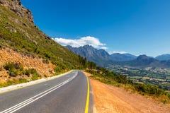 Toneelweg bij Franschhoek-vallei met zijn beroemde wijnmakerijen en omringende bergen royalty-vrije stock afbeelding