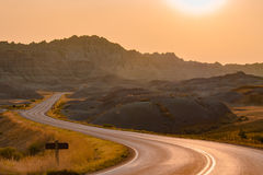 Toneelweg bij zonsondergang in het Nationale Park van Badlands royalty-vrije stock foto