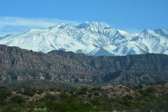 Toneelweg in de Bergen van de Andes tussen Chili en Argentinië stock afbeeldingen