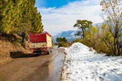 Toneelweg door de vallei van banikhet dalhousie himachal die pradesh met Sneeuwberg en bomen wordt behandeld Het drijven bergopwa royalty-vrije stock afbeelding