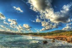 Toneelwolken over het strand van Le Bombarde in Alghero Royalty-vrije Stock Afbeelding