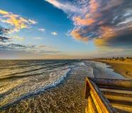 Toneelwolken over New Port Beach bij zonsondergang stock foto