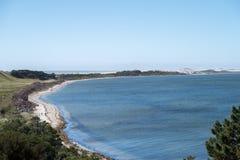 Toneelzeegezichtbeeld van lange rek van strand in Nieuw Zeeland royalty-vrije stock afbeeldingen
