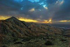 Toneelzonsondergang in de vulcan bergen van de Canarische Eilanden Stock Foto