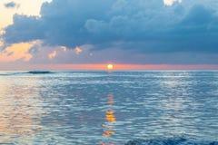Toneelzonsondergang van de kust van tropisch Cara?bisch eiland Zon net boven de horizon royalty-vrije stock foto