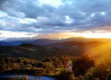 Toneelzonsonderganglandschap van de bergen in Italië Royalty-vrije Stock Foto's