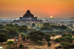 Toneelzonsopgang boven Bagan in Myanmar stock foto's