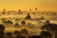 Toneelzonsopgang boven Bagan in Myanmar stock foto