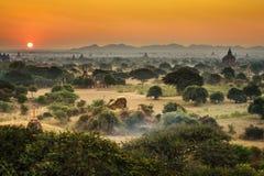 Toneelzonsopgang boven Bagan in Myanmar royalty-vrije stock afbeelding