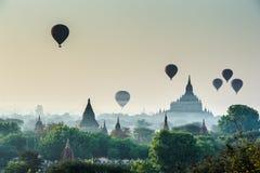 Toneelzonsopgang met vele hete luchtballons in Myanmar Reis stock afbeelding