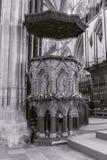 Tonelada preto e branco da separação da fotografia do púlpito da catedral de Salisbúria imagens de stock royalty free