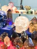 Toneladas de cristais na rocha e no Gem Show 2018 imagem de stock royalty free