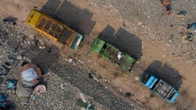 Toneladas de la visión aérea de la basura plástica, contaminación plástica en tierra fotografía de archivo libre de regalías