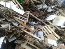 Toneladas de madera recicladas imagenes de archivo