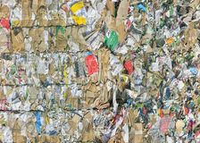 Toneladas de papel y de cartulina viejos en el depósito de la basura imagen de archivo