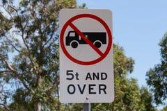 5 toneladas e sobre não o sinal de estrada dos permitteds Fotografia de Stock Royalty Free