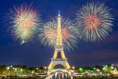 Tonen de de toren lichte prestaties van Eiffel en Nieuwjaar 2017 vuurwerk in nacht Stock Foto