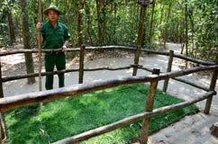 Tonen de gidsen Vietnamese mensen a-boobytrap met bamboearen Stock Foto