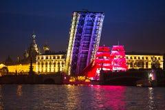 Tonen de vierings Scharlaken Zeilen tijdens het Witte Nachtenfestival Royalty-vrije Stock Fotografie