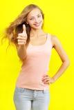 Tonen van het meisje duimen omhoog Royalty-vrije Stock Foto