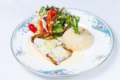 Tonfiskbiff och stekte ris med smör Arkivbilder