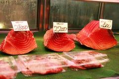 Tonfiskfiléer som är till salu i den Tsukiji fisken, marknadsför Arkivbilder