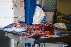 Tonfiskfisk på fishmonger& x27; s-tjock skiva Royaltyfri Fotografi
