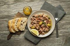 Tonfisksallad med oliv och kapris Arkivbild