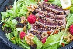 Tonfisksashimi med det nya sallad, hallonet och muttern Arkivfoto