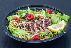 Tonfisksashimi med det nya sallad, hallonet och muttern Arkivbild