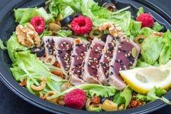 Tonfisksashimi med det nya sallad, hallonet och muttern Fotografering för Bildbyråer