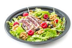 Tonfisksashimi med det nya sallad, hallonet och muttern Royaltyfri Fotografi