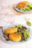 Tonfisksmå pastejer med potatisen och havre arkivfoton