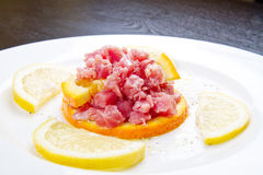 Tonfisktandsten med den nya sallad- och citronskivan Royaltyfri Bild