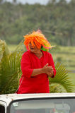 Tongaische Frau feiert Ankunft von Fuifui Moimoi auf Vavau-Insel in der Tonne Lizenzfreie Stockfotos