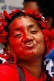 Tongaische Frau feiert Ankunft von Fuifui Moimoi auf Vavau-Insel in der Tonne Lizenzfreies Stockfoto